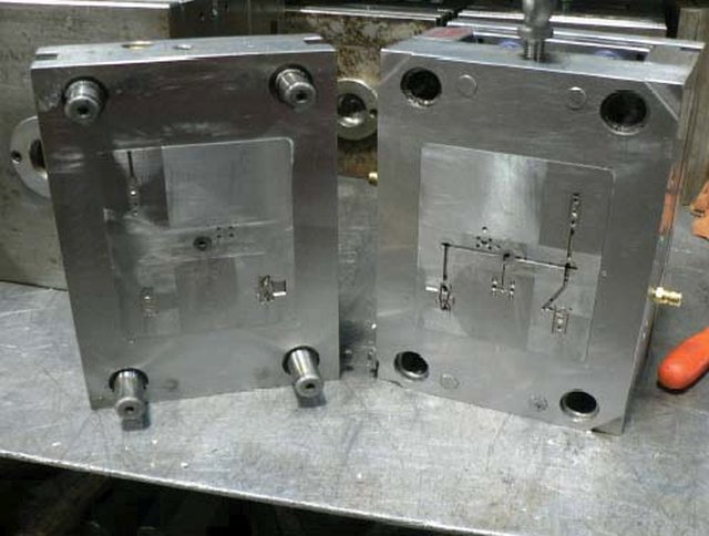 High-pressure injection mold